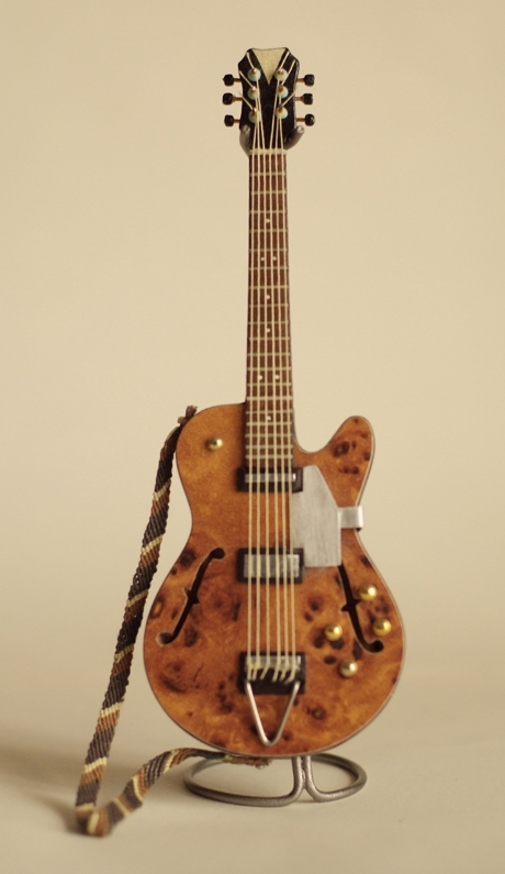 guitarra marrón